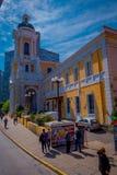 SANTIAGO, CHILE - 13. SEPTEMBER 2018: Ansicht im Freien von den nicht identifizierten Leuten, die in den Bürgersteig vor enormem  lizenzfreies stockbild