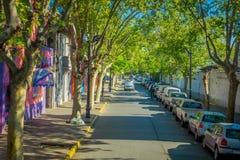 SANTIAGO, CHILE - 13. SEPTEMBER 2018: Ansicht im Freien von Parkplatz bei einer Straßenseite in Santiago von Chile, Abschluss lizenzfreie stockbilder