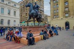 SANTIAGO CHILE - SEPTEMBER 13, 2018: Folk på den plazade las Armas fyrkanten i centrum med monumentet av Pedro de arkivfoto