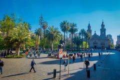 SANTIAGO CHILE - SEPTEMBER 13, 2018: Folk på Plaza de Armas framme av Santiago Metropolitan Cathedral Detta är royaltyfri foto