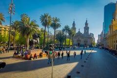 SANTIAGO CHILE - SEPTEMBER 13, 2018: Folk på Plaza de Armas framme av Santiago Metropolitan Cathedral Detta är royaltyfri fotografi