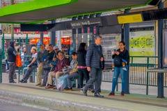SANTIAGO, CHILE - 13. SEPTEMBER 2018: Nicht identifizierte Leute, die in der Bushaltestelle den Transport in der im Stadtzentrum  Stockfotografie