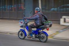 SANTIAGO, CHILE - 13. SEPTEMBER 2018: Nicht identifizierter Mann, der sein blaues Motorrad in den Straßen von dowtown in der Stad Lizenzfreies Stockbild