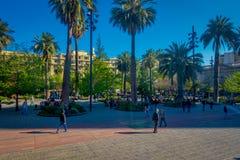 SANTIAGO CHILE - SEPTEMBER 13, 2018: Oidentifierat folk som går i fyrkanten av Plaza de Armas som lokaliseras i Santiago de arkivbilder