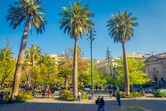 SANTIAGO CHILE - SEPTEMBER 13, 2018: Oidentifierat folk som går i fyrkanten av Plaza de Armas som lokaliseras i Santiago de royaltyfria bilder