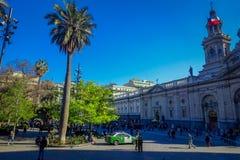 SANTIAGO CHILE - SEPTEMBER 13, 2018: Oidentifierat folk som går i fyrkanten av Plaza de Armas som lokaliseras i Santiago de royaltyfri fotografi