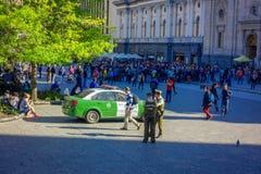 SANTIAGO CHILE - SEPTEMBER 13, 2018: Oidentifierat folk som går i fyrkanten av Plaza de Armas som lokaliseras i Santiago de royaltyfri foto