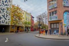 SANTIAGO CHILE - SEPTEMBER 14, 2018: Oidentifierat folk som går i gatorna av staden av Santiagomitten royaltyfri fotografi
