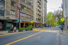 SANTIAGO CHILE - SEPTEMBER 14, 2018: Oidentifierat folk som går i gatorna av staden av Santiagomitten royaltyfri bild