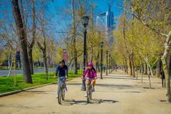 SANTIAGO, CHILE - 13. SEPTEMBER 2018: Unscharfes Bild von den Touristen, die an einem sonnigen Tag für die Entspannung in radfahr lizenzfreies stockfoto