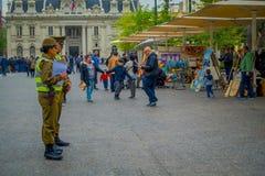 SANTIAGO CHILE - SEPTEMBER 13, 2018: Utomhus- sikt av polisen som kallas som carabineros i dowtown i Santiago fotografering för bildbyråer