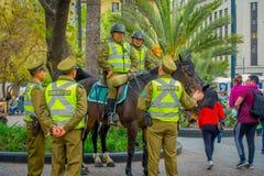 SANTIAGO CHILE - SEPTEMBER 13, 2018: Utomhus- sikt av polisen som kallas som carabineros som rider en häst i dowtown av staden arkivfoton