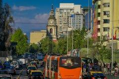 SANTIAGO CHILE - SEPTEMBER 13, 2018: Utomhus- sikt av trafikflöde på gator av Santiago Chile Sydamerika arkivbilder