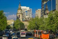 SANTIAGO CHILE - SEPTEMBER 13, 2018: Utomhus- sikt av trafikflöde på gator av Santiago Chile Sydamerika arkivfoton