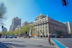 SANTIAGO CHILE, WRZESIEŃ, - 13, 2018: Niektóre samochody rozprowadza przed starymi budynkami w dzielnicie Lastarria w Santiago zdjęcie stock