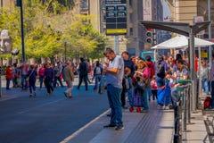 SANTIAGO CHILE, WRZESIEŃ, - 13, 2018: Niezidentyfikowani ludzie chodzi w w centrum ulicie miasto i niektóre zaludniają czekać fotografia royalty free