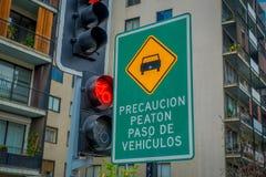 SANTIAGO CHILE, WRZESIEŃ, - 14, 2018: Pouczający znak blisko do czerwonego światła ruchu w centrum Santiago obraz royalty free