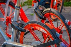 SANTIAGO CHILE, WRZESIEŃ, - 13, 2018: Zakończenie up selekcyjna ostrość parkująca przy outdoors miasto wewnątrz koło rower zdjęcia stock