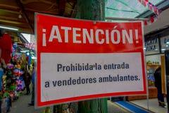SANTIAGO CHILE, WRZESIEŃ, - 14, 2018: Zamyka w górę selekcyjnej ostrości pouczający znak wśrodku rynku lokalizować w fotografia stock