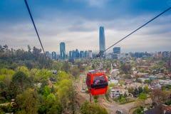 SANTIAGO, CHILI - OKTOBER 16, 2018: Kabelwagen in de heuvel van San Cristobal, die een panorama van Santiago de Chile overzien royalty-vrije stock foto