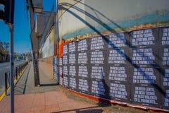SANTIAGO, CHILI - SEPTEMBER 13, 2018: Mening van zwarte documenten in een muur met een schitterende beschrijving van langzame kus royalty-vrije stock foto's