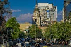SANTIAGO, CILE - 13 SETTEMBRE 2018: Vista all'aperto di intensità di traffico sulle vie di Santiago Il Cile, Sudamerica fotografie stock