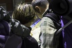 Santiago Compostela /junta Galicia, turistas/peregrinos que consultan un mapa Imágenes de archivo libres de regalías