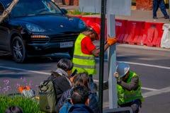 SANTIAGO-DE CHILE, CHILE - 16. OKTOBER 2018: Ansicht im Freien der Arbeitskraft ein informatives Signal in den Straßen von repari stockfotografie