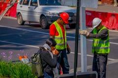 SANTIAGO-DE CHILE, CHILE - 16. OKTOBER 2018: Ansicht im Freien der Arbeitskraft ein informatives Signal in den Straßen von repari lizenzfreie stockfotografie