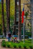 SANTIAGO-DE CHILE, CHILE - 16. OKTOBER 2018: Ansicht im Freien des jungen Gärtnermannes, der das Gras eines Parks unter Verwendun stockfoto