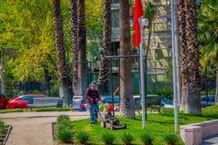 SANTIAGO-DE CHILE, CHILE - 16. OKTOBER 2018: Ansicht im Freien des jungen Gärtnermannes, der das Gras eines Parks unter Verwendun stockfotos