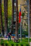 SANTIAGO-DE CHILE, CHILE - 16. OKTOBER 2018: Ansicht im Freien des jungen Gärtnermannes, der das Gras eines Parks unter Verwendun lizenzfreies stockbild
