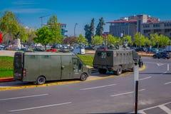 SANTIAGO-DE CHILE, CHILE - 16. OKTOBER 2018: Ansicht im Freien einiger Militärautos in der Piazza Baquedano in der Mitte von lizenzfreie stockbilder