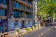 SANTIAGO-DE CHILE, CHILE - 16. OKTOBER 2018: Ansicht im Freien von den Leuten, die in den Bürgersteig einer Nachbarschaft herein  lizenzfreie stockfotografie