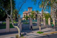SANTIAGO-DE CHILE, CHILE - 16. OKTOBER 2018: Ansicht im Freien von den Leuten, die in den Bürgersteig einer Nachbarschaft herein  stockbild