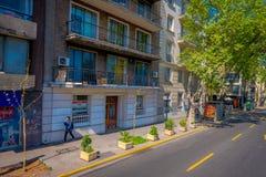 SANTIAGO-DE CHILE, CHILE - 16. OKTOBER 2018: Ansicht im Freien von den Leuten, die in den Bürgersteig einer Nachbarschaft herein  lizenzfreies stockfoto