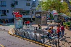 SANTIAGO-DE CHILE, CHILE - 16. OKTOBER 2018: Ansicht im Freien von den Leuten, welche die Treppe benutzte verwenden nachher, den  lizenzfreie stockfotografie