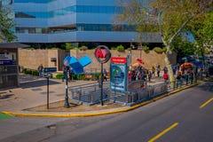 SANTIAGO-DE CHILE, CHILE - 16. OKTOBER 2018: Ansicht im Freien von den Leuten, welche die Treppe benutzte verwenden nachher, den  lizenzfreie stockfotos