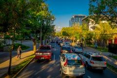 SANTIAGO DE CHILE, CHILE - OKTOBER 16, 2018: Intensiv trafik på gatorna av staden i Santiago de Chile royaltyfri foto