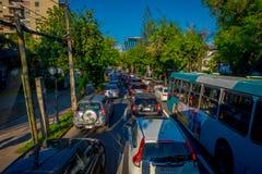 SANTIAGO DE CHILE, CHILE - OKTOBER 16, 2018: Intensiv trafik på gatorna av staden i Santiago de Chile royaltyfri bild