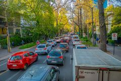 SANTIAGO DE CHILE, CHILE - OKTOBER 16, 2018: Intensiv trafik på gatorna av staden i Santiago de Chile royaltyfri fotografi