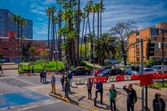 SANTIAGO-DE CHILE, CHILE - 16. OKTOBER 2018: Nicht identifizierte Leute, die den Fußgängerübergang in der Stadt von Santiago verw stockbild