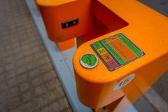 SANTIAGO DE CHILE - OKTOBER 09, 201: Utomhus- sikt av den orange maskincykelstationen som lokaliseras i dowtown i Santiago av royaltyfri bild