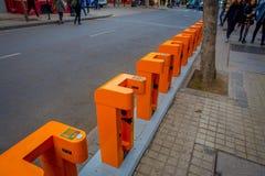 SANTIAGO DE CHILE - OKTOBER 09, 201: Utomhus- sikt av den orange maskincykelstationen som lokaliseras i dowtown i Santiago av arkivbild