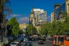 SANTIAGO DE CILE, CILE - 16 OTTOBRE 2018: Vista all'aperto di intensità di traffico sulle vie di Santiago Il Cile, Sudamerica fotografie stock