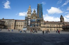Santiago de Compostela Cathedral i den Obradoiro fyrkanten med fasaden i återställande, i Santiago de Compostela, Galicia, Spanie royaltyfri bild