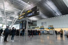 Santiago de Compostela flygplats Inre av passagerarterminalen royaltyfri fotografi