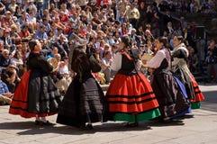 Santiago de Compostela 2 Juni 2011: folkdans i fyrkanten Arkivfoton