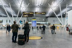 Santiago De Compostela lotnisko Wn?trze pasa?erski ?miertelnie Pary patrze? zdjęcie stock