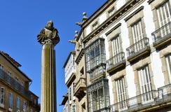 Santiago de Compostela, quadrado de Cervantes Coluna e casas de Cervantes Céu azul, dia ensolarado spain imagem de stock royalty free